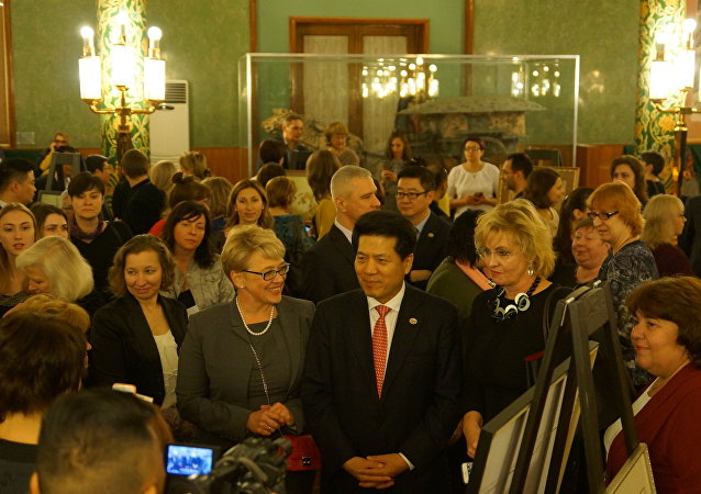 中国驻俄罗斯大使李辉与客人
