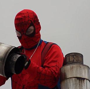 智利「蜘蛛俠」清理煙囪