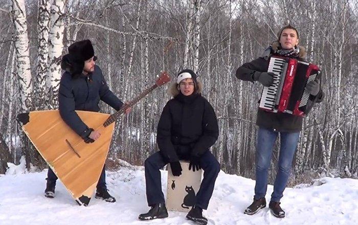 新西伯利亚音乐人用巴拉莱卡琴演奏世界最流行歌曲