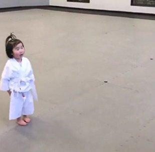 3岁萌娃学跆拳道,奶声奶气念誓词