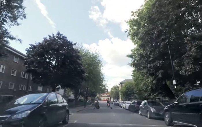"""伦敦一过路行人""""惩罚""""了一名骑摩托车偷走女性包的小偷(视频)"""