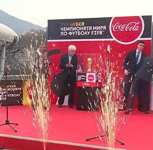 """2018世界杯吉祥物化身""""空中飞狼"""" 乘滑索过悬崖"""