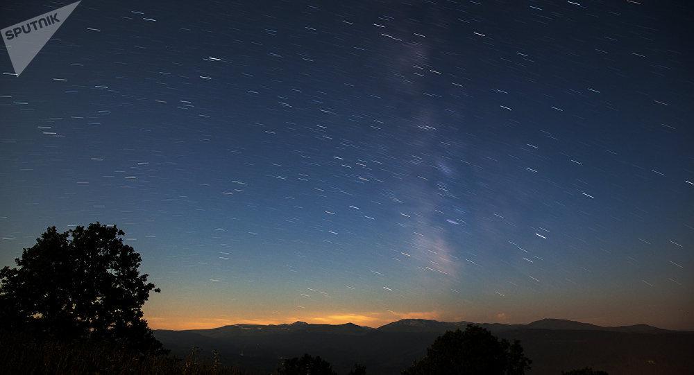 86厘米,也就是说,本次流星雨会比夜晚的天空中的任何一颗自然星都亮