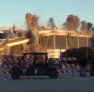 美国亚特兰大价值2.14亿美元的运动场被炸毁拆除(视频)