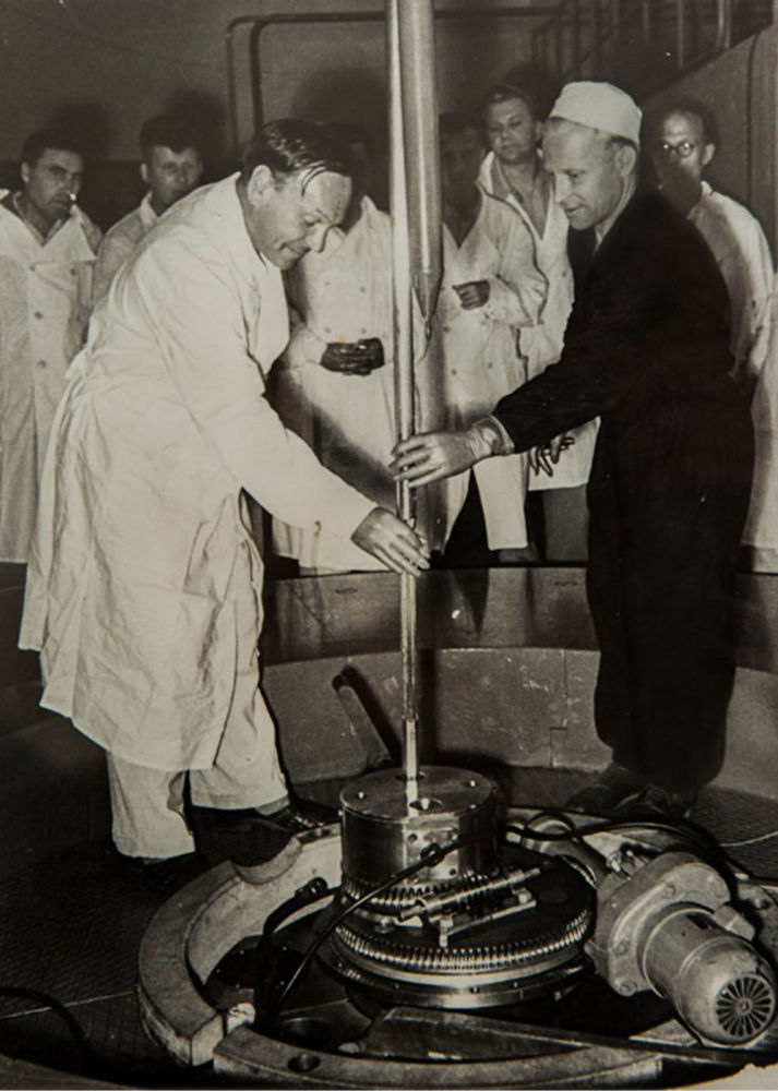 首次发动IRT-2000核反应堆在国家核大学(1967年5月26日)。 设计热容量为2000千瓦的研究型核反应堆已被该大学科学家们用于反应堆物理学、中子物理学、半导体和电介质辐射物理学、辐射材料学、核物理学和医学物理学领域已经50年。