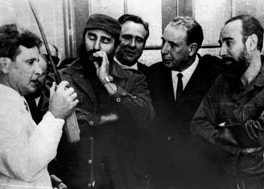 国家核大学核物理系副教授阿·阿·波利亚科夫(左)在古巴共和国领导层在场的情况下发布了为国家设计的亚临界台架(1968年)。