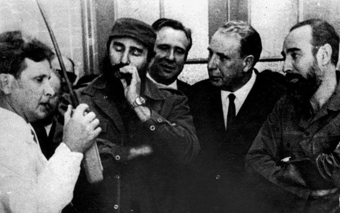 國家核大學核物理系副教授阿·阿·波利亞科夫(左)在古巴共和國領導層在場的情況下發佈了為國家設計的亞臨界台架(1968年)。
