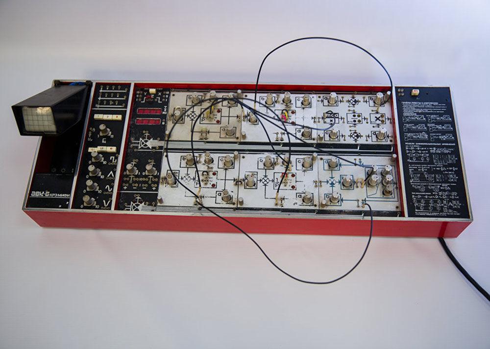 个人模拟电脑AVK-6。 该综合体是1976年在国家核大学自动化学生设计部(SKIB-A)研发的,它代表了国内最新的系列模拟计算机,可以对动态过程进行建模。 伏龙芝和基辅工厂生产了3000件AVK,之后在200多个苏联教育机构的实验室中被使用。