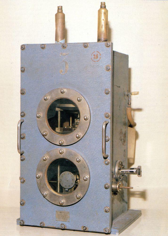 """1955年,苏联物理学家N.G. 巴索夫和A.M. 普罗克霍夫创造了苏联第一个实验分子量子发生器(脉泽),成为所有现代激光器的雏形。 1964年,""""量子电子学领域的基础研究,引导了在激光脉泽原理上的发生器和放大器的发明"""",巴索夫和普罗霍罗夫被授予诺贝尔物理学奖。"""