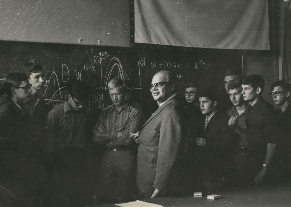 诺贝尔物理学奖获得者尼古拉·根纳季耶维奇·巴索夫,1950年国家核大学的毕业生,和大学生在一起,1960年代。