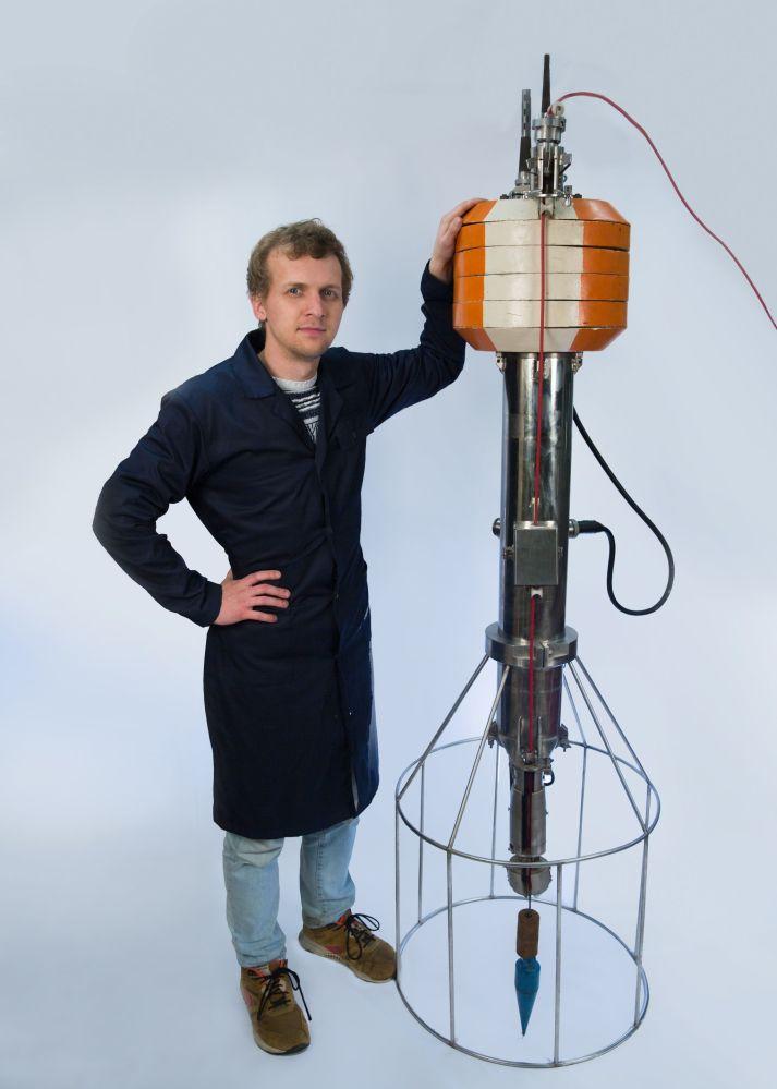 国内第一台多通道非接触式通讯探头是于1971年在国家核大学设计制造的。 它的目的是通过垂直探测的方法来测量海洋的水文物理参数。
