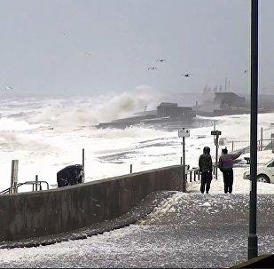 海浪泡沫覆蓋英國海岸(視頻)