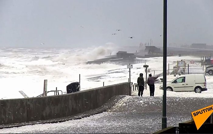 海浪泡沫覆盖英国海岸(视频)