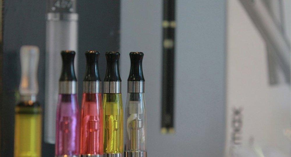 中国发布通告禁止向未成年人销售电子烟 并敦促电商下架电子烟