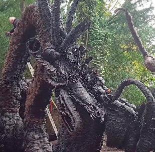 英国用马蹄铁打造巨龙雕像