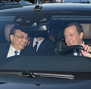 俄总理亲自驾车李克强兜风索契体育场馆