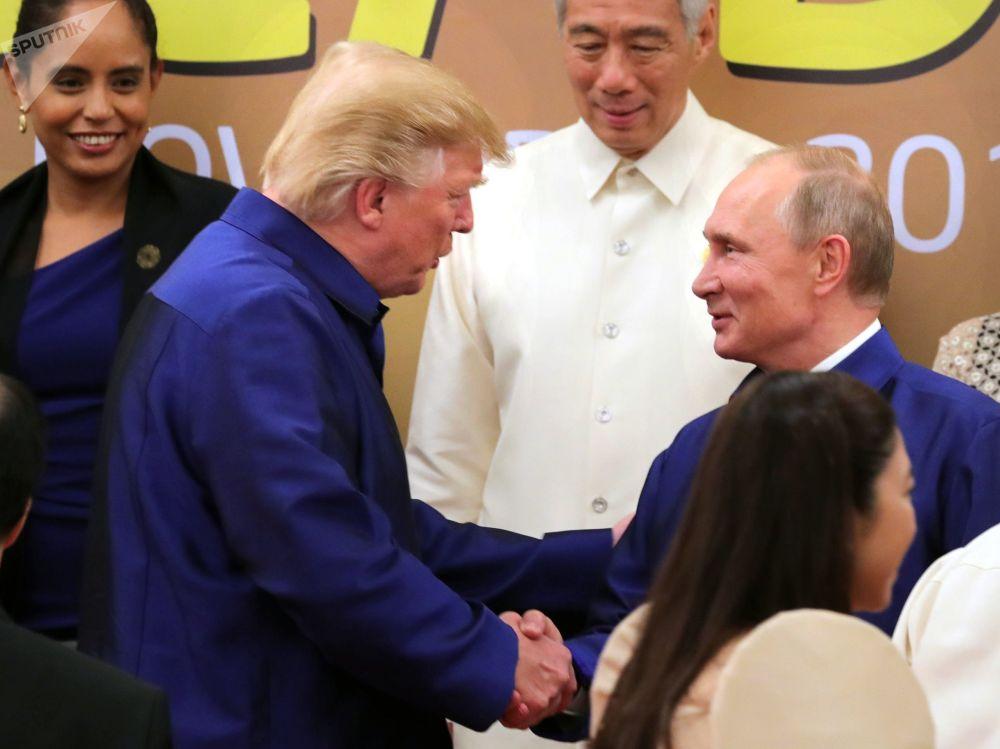 俄聯邦總統普京與美國總統特朗普在越南舉行的亞太經合組織(APEC)經濟體成員領導人身著越南傳統服裝進行合影
