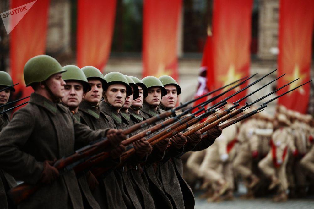 軍人們正在莫斯科紅場進行紀念1941年閱兵禮76週年的閱兵彩排