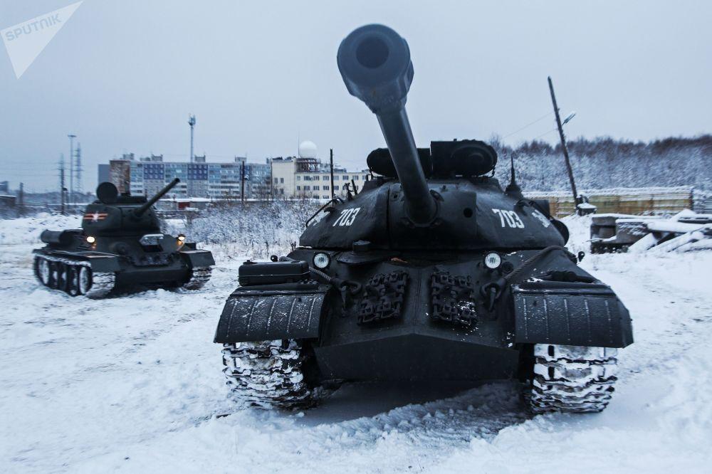 偉大衛國戰爭時期的裝甲排為北方艦隊所製造的T-34中型坦克及IS-3重型戰車在摩爾曼斯克的武器試驗場進行示範行動