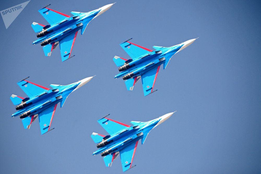 俄聯邦空天部隊「俄羅斯勇士」飛行隊駕駛蘇-30戰鬥機在2017阿聯酋迪拜航空展(Dubai Airshow)上進行表演