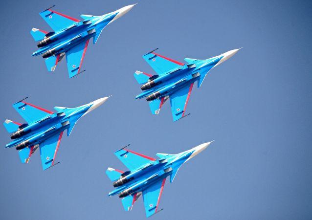 """俄联邦空天部队""""俄罗斯勇士""""飞行队驾驶苏-30战斗机"""