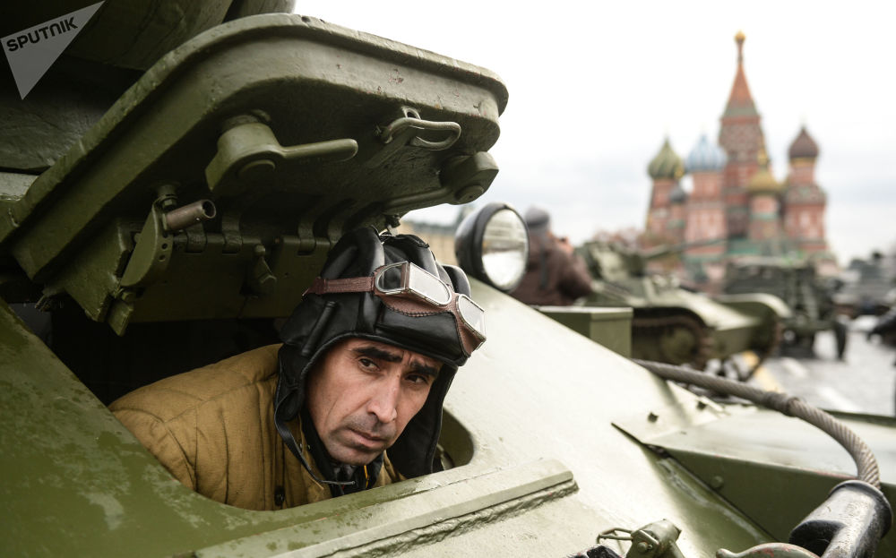 一名軍人正在莫斯科紅場進行紀念1941年閱兵禮76週年的閱兵彩排