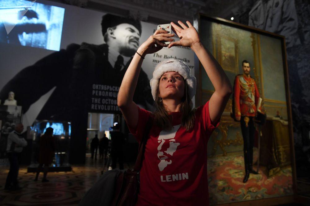 來自巴西的女遊客 – 約安娜﹒納維佳在參觀聖彼得堡埃爾米塔什博物館舉行的名為「1917年的冬宮與埃爾米塔什:歷史在這裡築就」的展覽