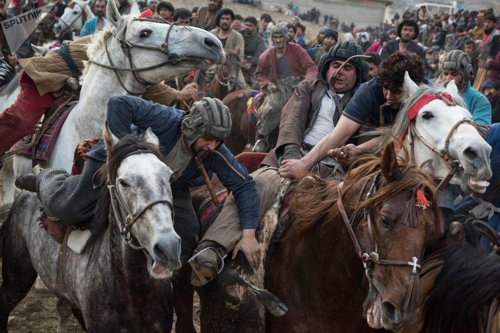 阿富汗的傳統遊戲「布玆卡茲」的參加者