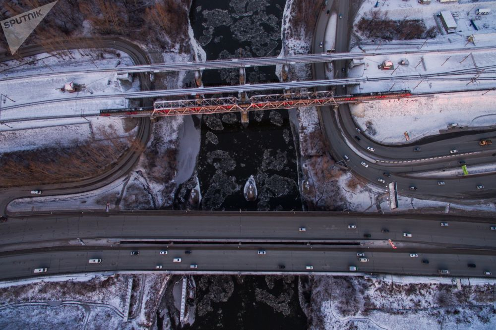 坐落在新西伯利亞橫跨伊尼亞河的公路與鐵路橋