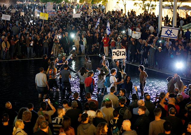 媒体:约2万以色列公民参与反腐示威游行