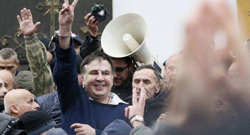 薩卡什維利的支持者使用武力把他從軍警的麵包車中解救出來