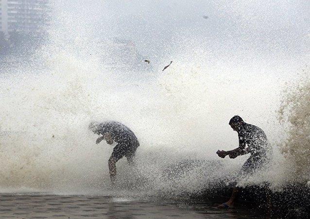 媒体:印度热带气旋致死人数上升至64人