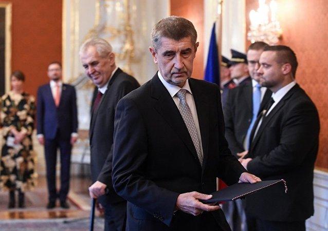 捷克总统米洛什·泽曼(左边)和安德烈·巴比什