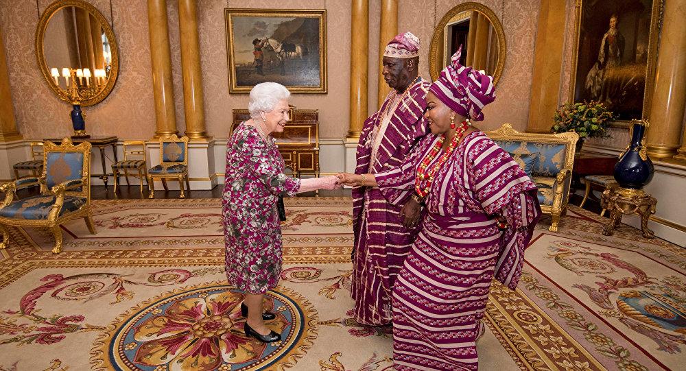 女王伊丽莎白和尼日利亚大使着装色调相似引网民关注