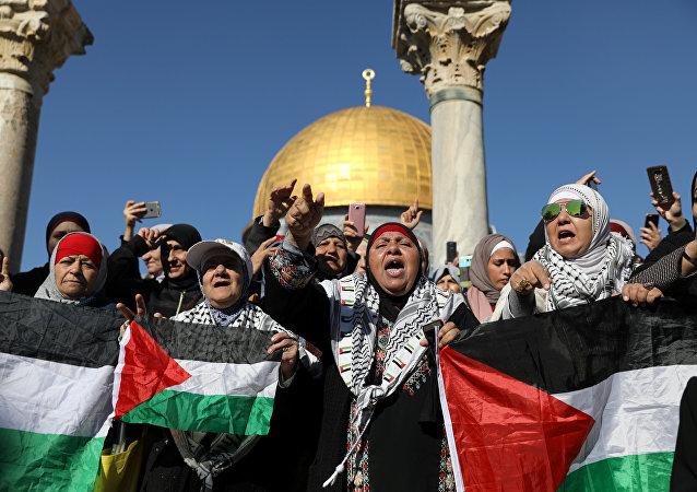 """穆斯林聚集在耶路撒冷进行祈祷 之后计划举行""""愤怒日""""活动"""