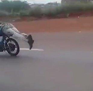 巴西一名摩托车手以 超人姿势驾车被捕(视频)