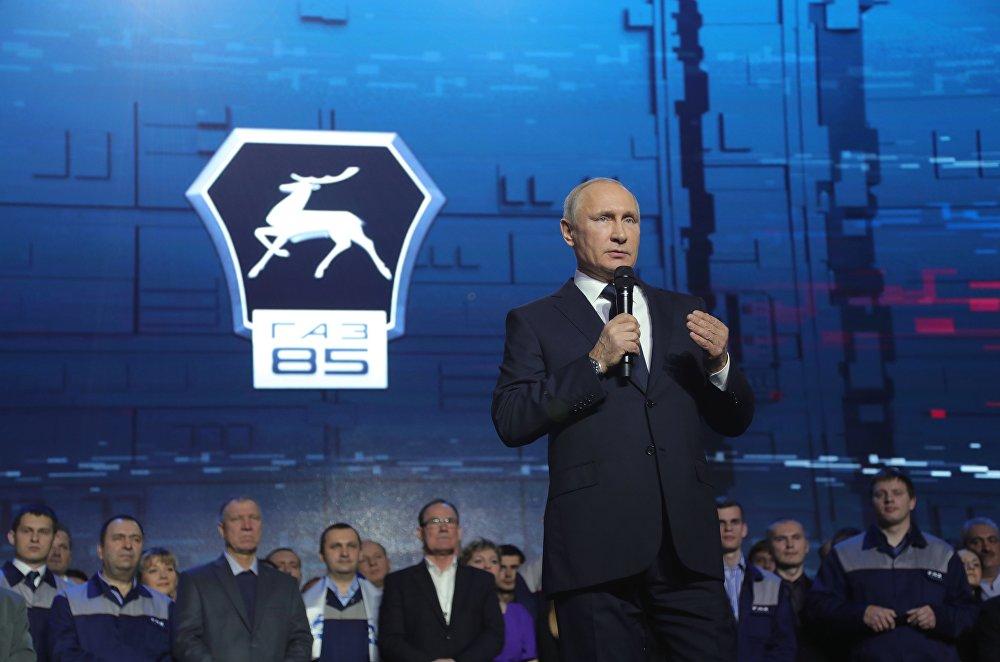 俄罗斯总统普京在下诺夫哥罗德与高尔基汽车厂的工作人员进行会面