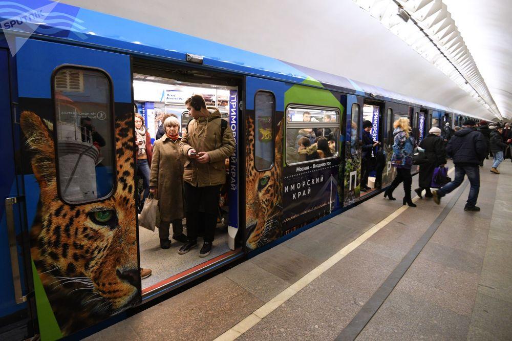 「遠東特快」主題地鐵列車在「盧比揚卡」站。