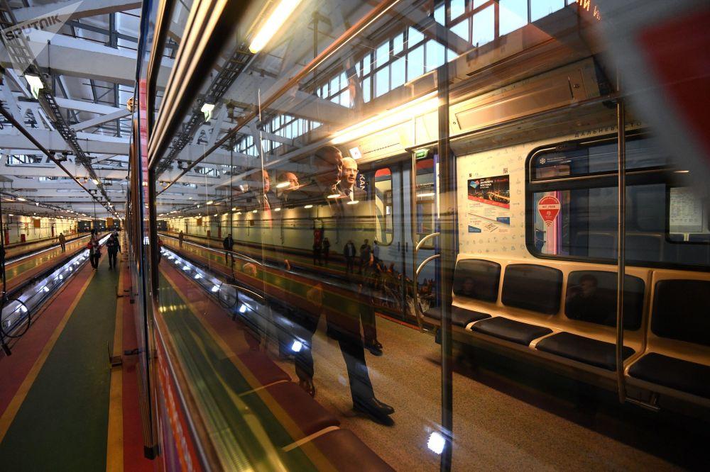 """""""远东特快""""主题地铁里车启用仪式。"""