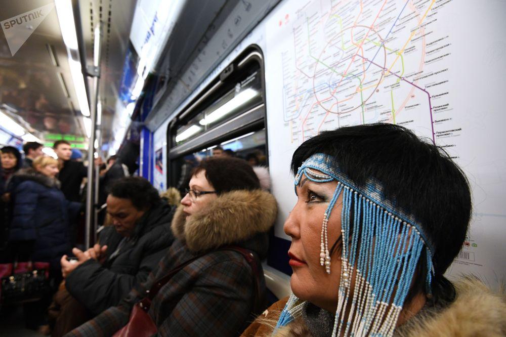 「遠東特快」主題地鐵列車上的乘客。