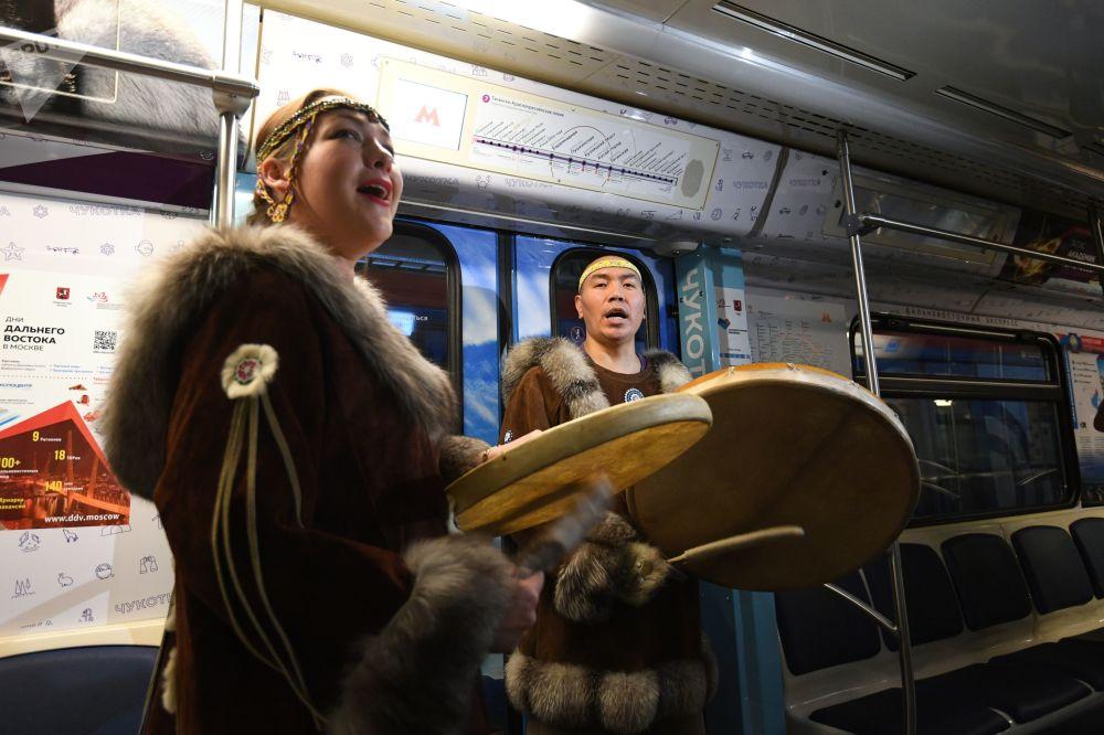 """""""远东特快""""主题地铁列车上身着雅库特民族服装的乘客。"""