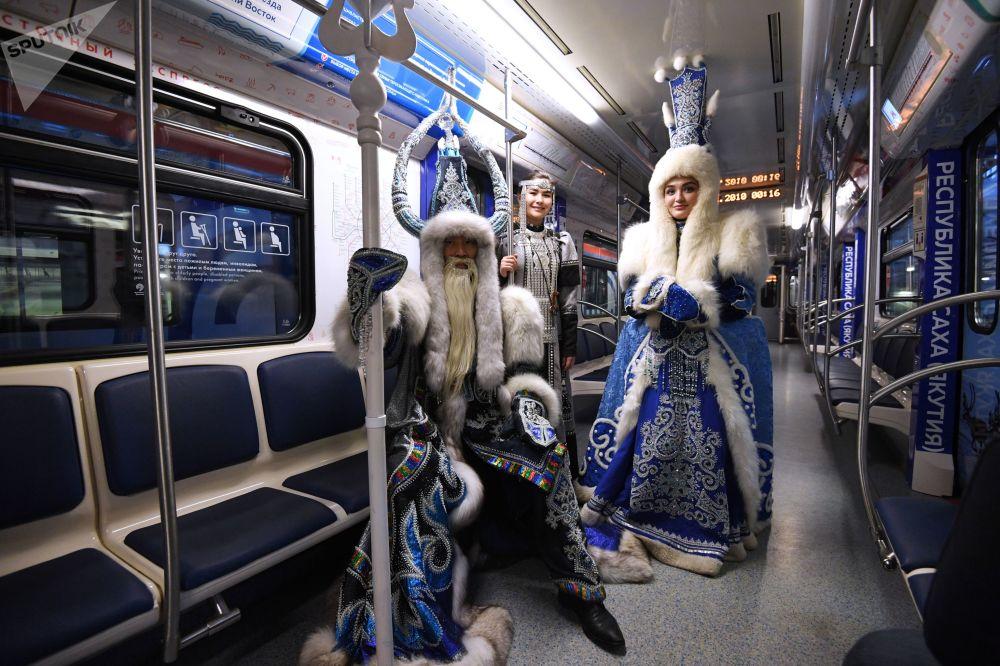 「遠東特快」主題地鐵列車上身著雅庫特民族服裝的乘客。