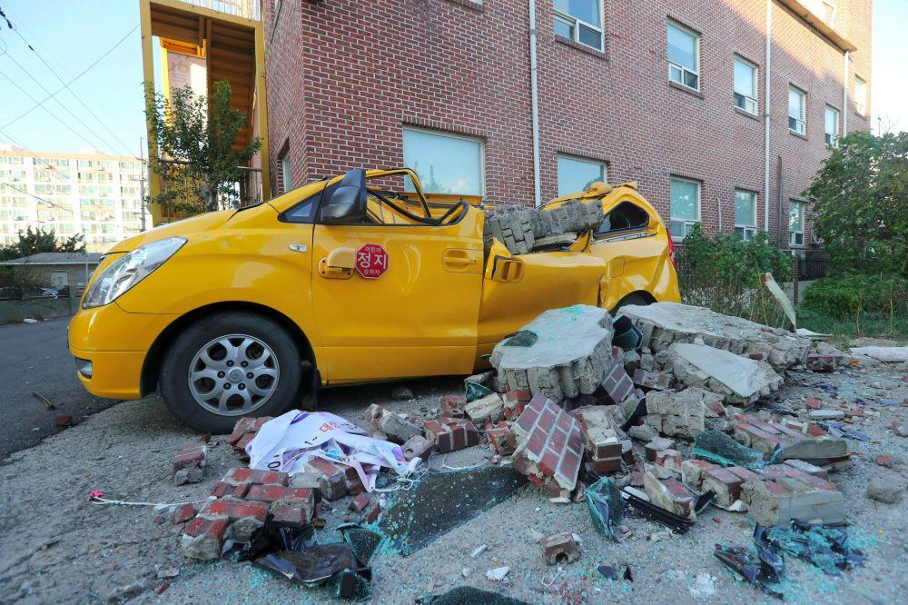 韩国地震过后一辆损毁的汽车