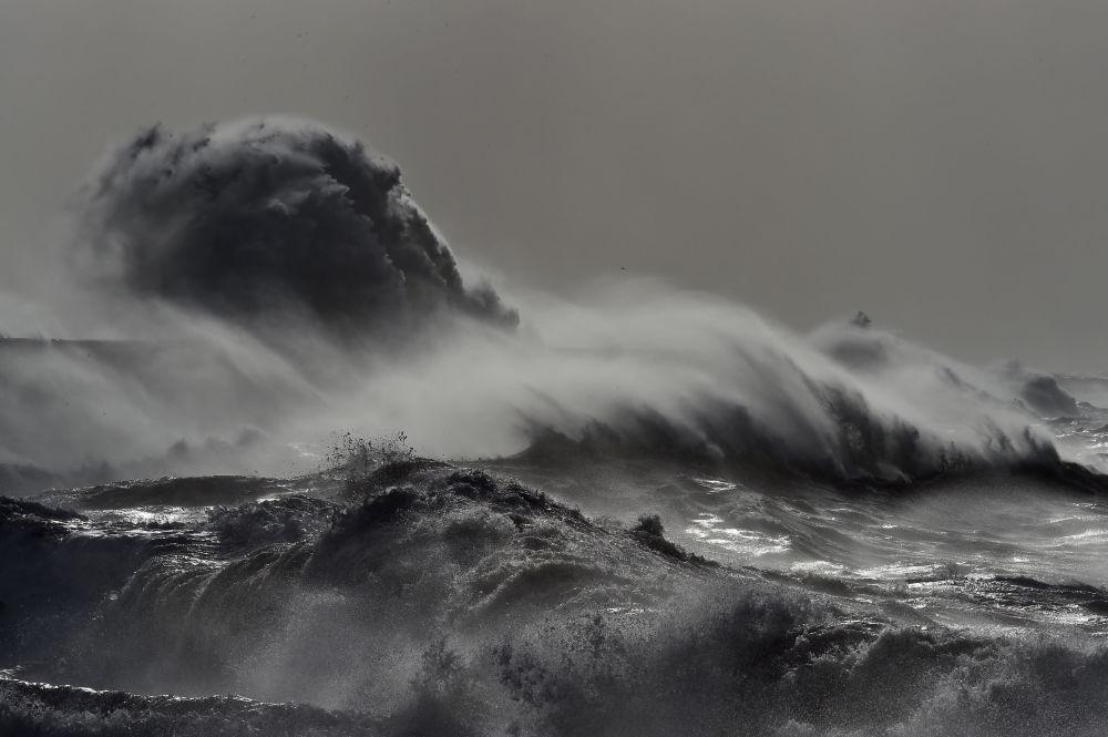 """风暴""""多丽丝""""席卷英国南部沿海"""