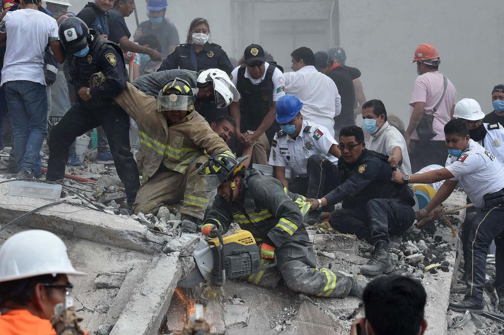 墨西哥城地震中的救援人員