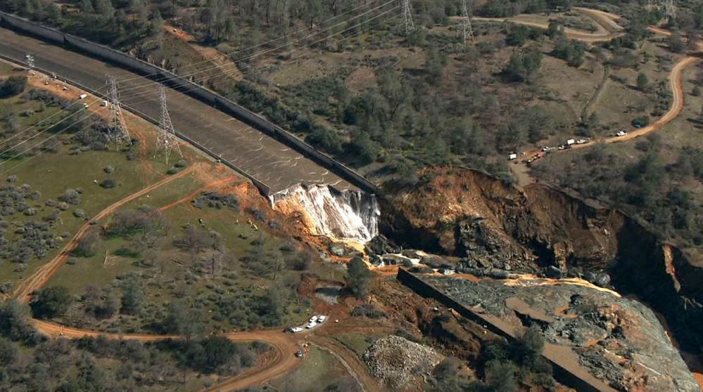 美国奥罗维尔水坝出现巨大缺口