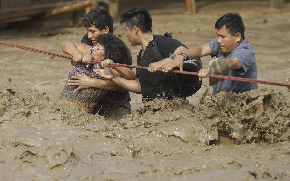秘鲁洪水肆虐,图为救援现场
