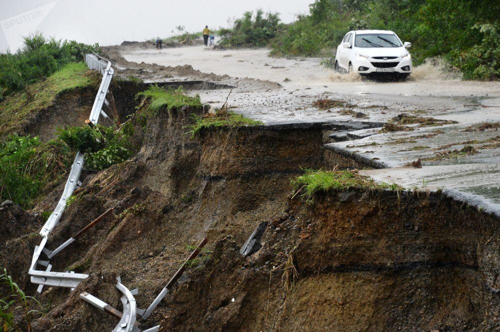 俄罗斯滨海边疆区受暴雨袭击的道路