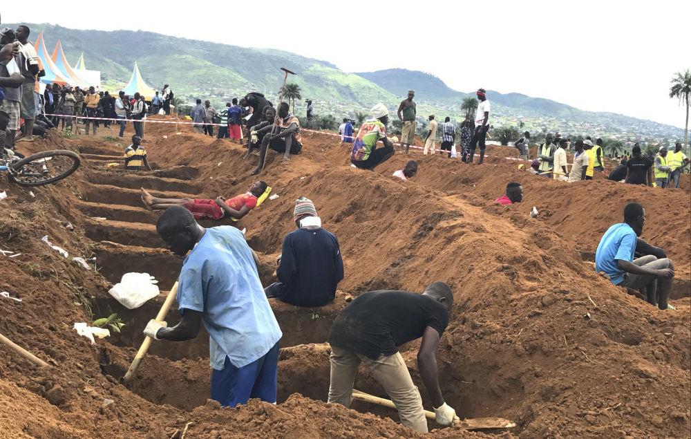 塞拉利昂特大洪水和泥石流遇難者集體下葬