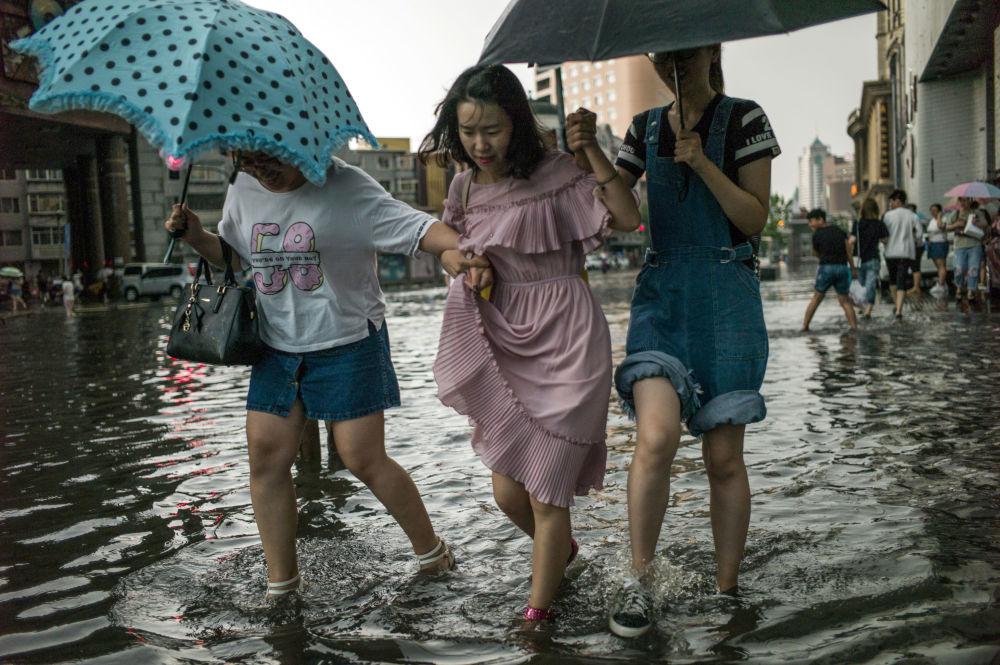 中国沈阳发大水,街道被淹